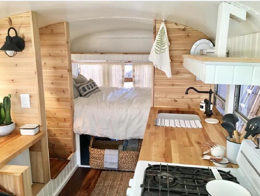 Внутри дома на колесах имеются все условия для комфортной жизни - душ, кухня, санузел, спальные места и т. д.