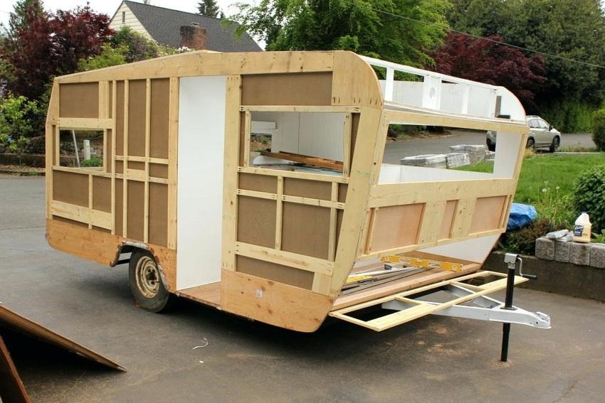 Жилой дом на колесах или прицеп вполне возможно построить самостоятельно при наличии необходимых материалов и определенных навыков