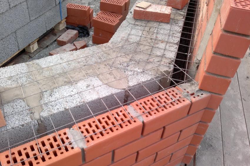Армирование кладки придает прочность стенам и позволяет комбинировать разные типы материала