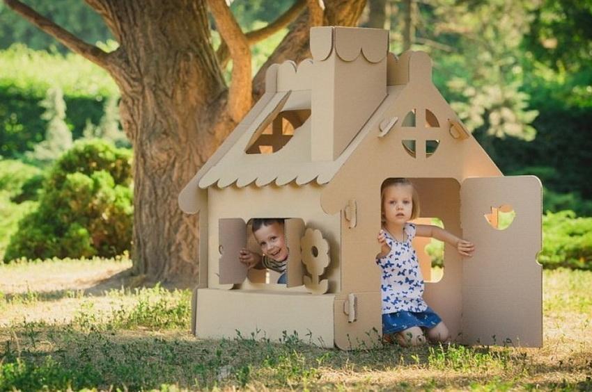 Домик из картона популярен благодаря легкости изготовления и установки