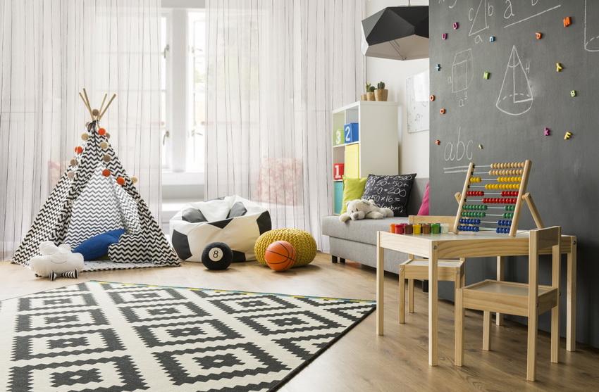 Для игр в квартире можно сделать ребенку палатку в которой будет его пространство