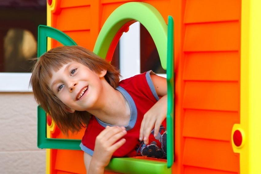 Готовые домики из пластика - оптимальный вариант, когда нет возможности построить своими руками