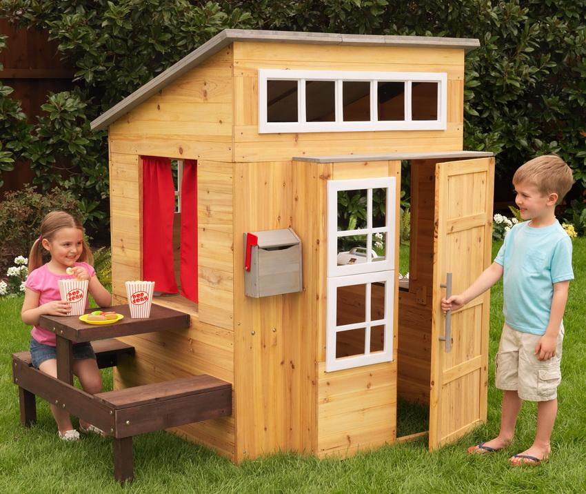 Домик из дерева - это простая конструкция, которая будет радовать детей не один день