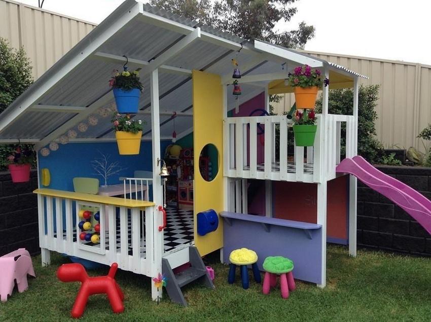 Для оформления домика можно использовать игрушки, различные декоративные элементы и яркие краски