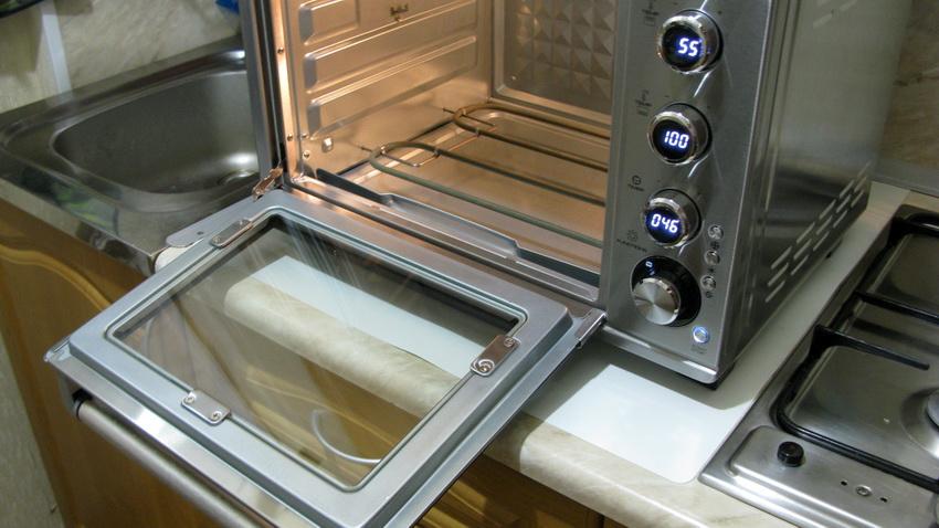 Чистить духовку необходимо после каждого ее использования