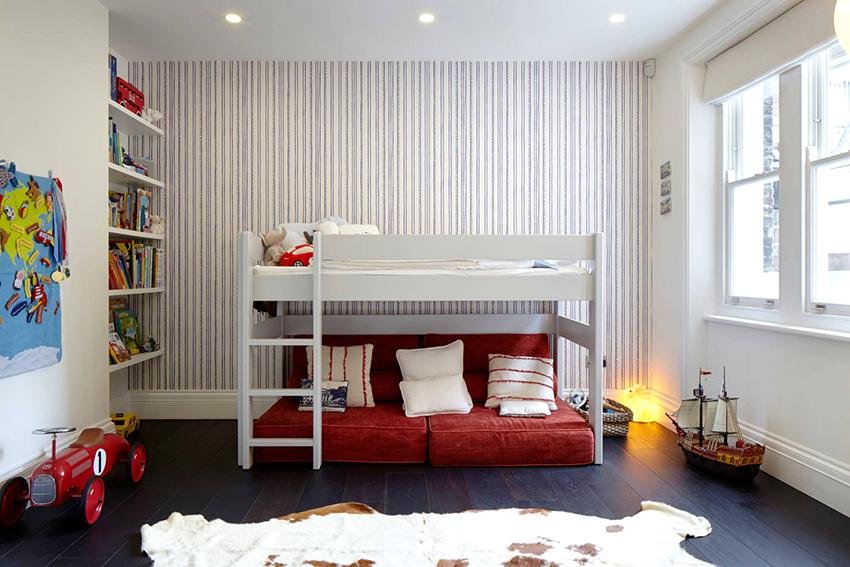 Двухъярусная кровать – это наиболее подходящий вариант для семей с двумя детьми