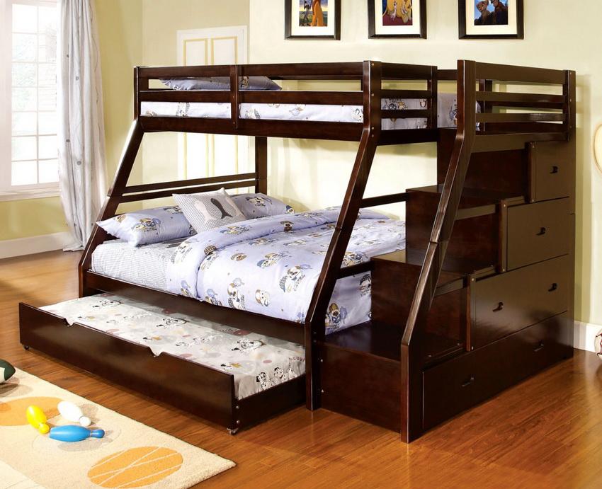 Двухъярусная модель кровати-трансформера оптимальна для маленькой спальни