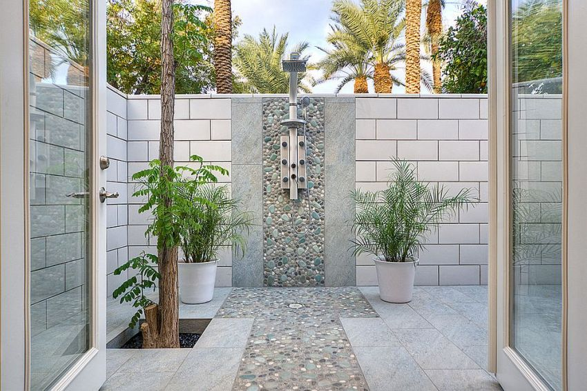 Оригинальный летний душ выложеный камнем, станет украшением любого загородного дома