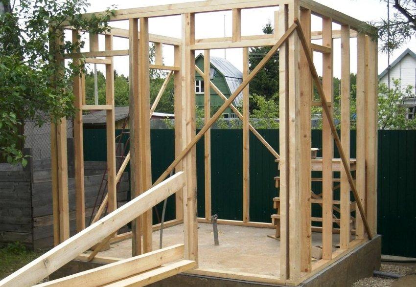 Чтобы построить уличный душ можно использовать самый доступный и сравнительно дешевый материал – дерево (доски, брус), желательно хвойных пород