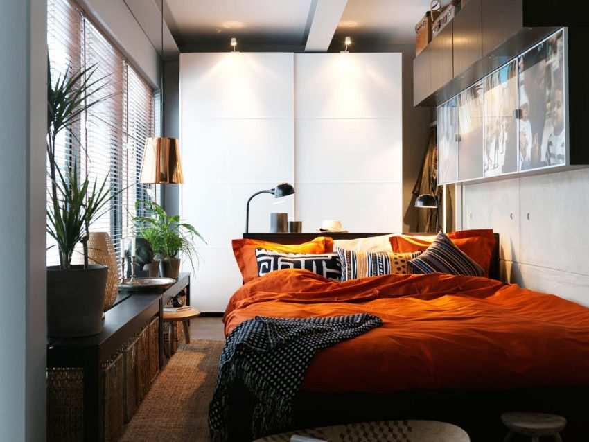 Подоконник в маленькой спальне можно использовать как дополнительное пространство для размещения необходимых вещей