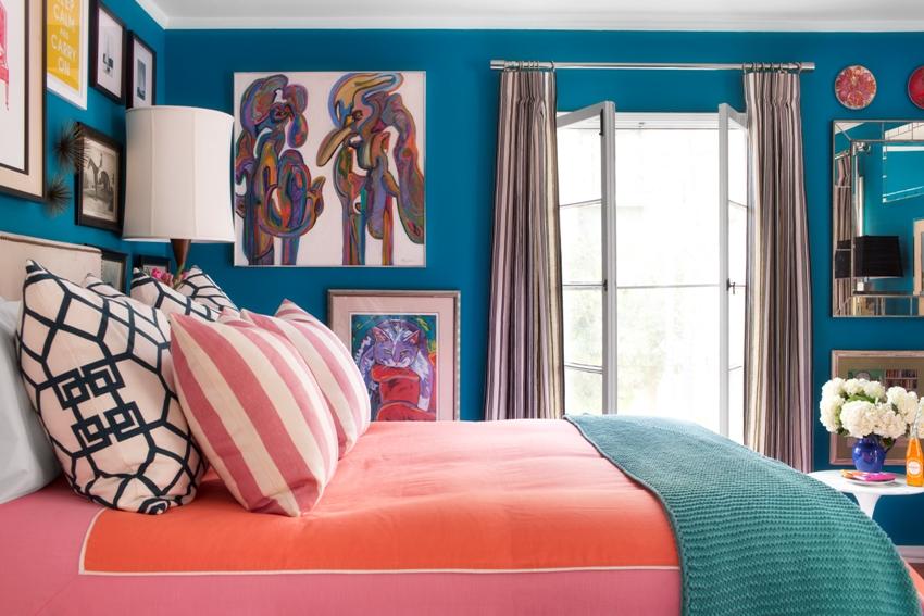 Яркие оттенки и обильный декор в оформлении маленькой спальной комнаты