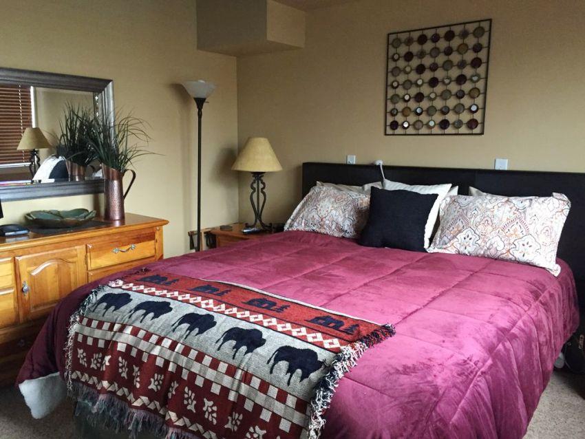 Мягкую ненавязчивую цветовую гамму помещения можно освежать яркими текстильными элементами
