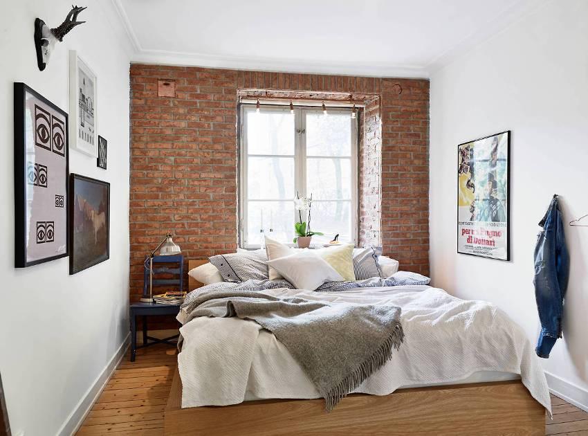 Удачный пример использования в интерьере спальни декоративной кирпичной кладки