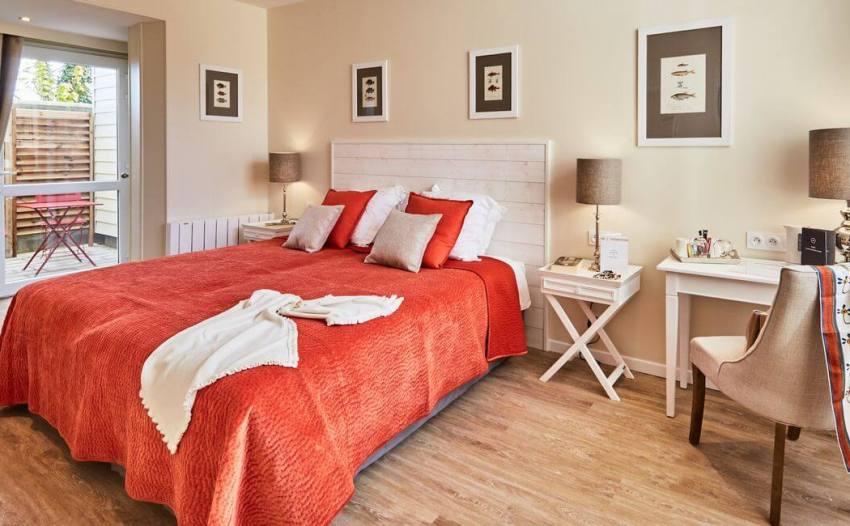 Современная спальня с небольшим столиком для косметических процедур