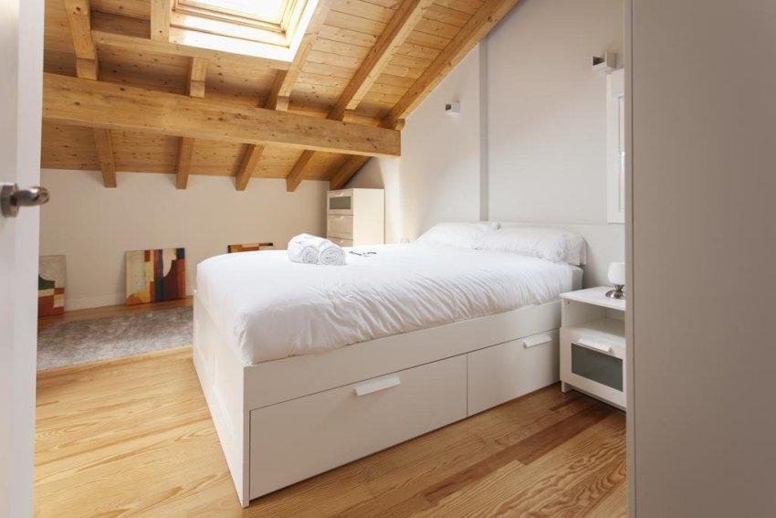 Удачное решение для экономии пространства в спальне - использование кровати-подиума с выдвижными ящиками
