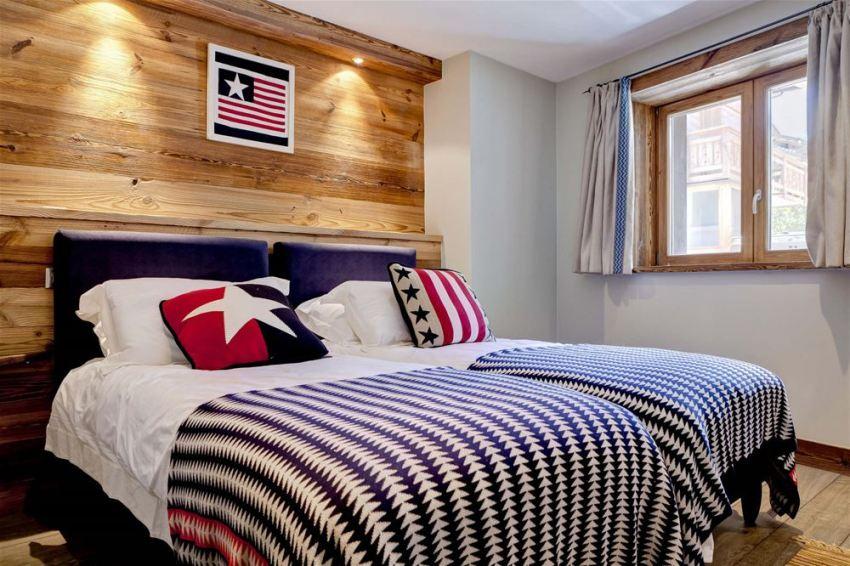 Комфортной для спальной комнаты будет мягкая точечная подсветка