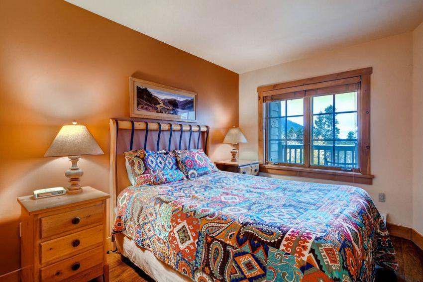 Настольные лампы с каждой стороны кровати позволят использовать их при необходимости