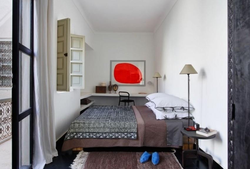 Небольшая спальня оформлена с элементами восточного стиля
