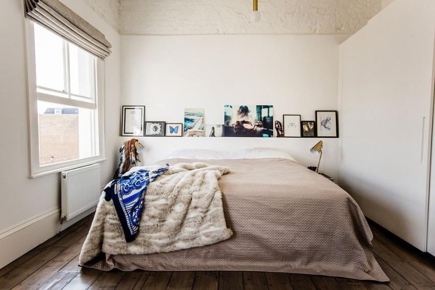 Современная спальная комната с большой двухместной кроватью