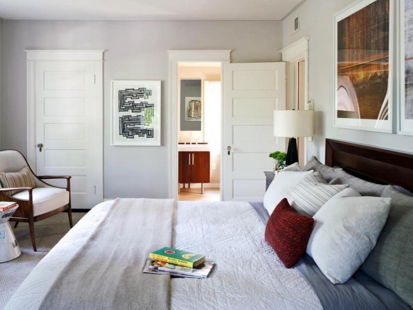 Современная спальня с отдельной ванной комнатой и гардеробной