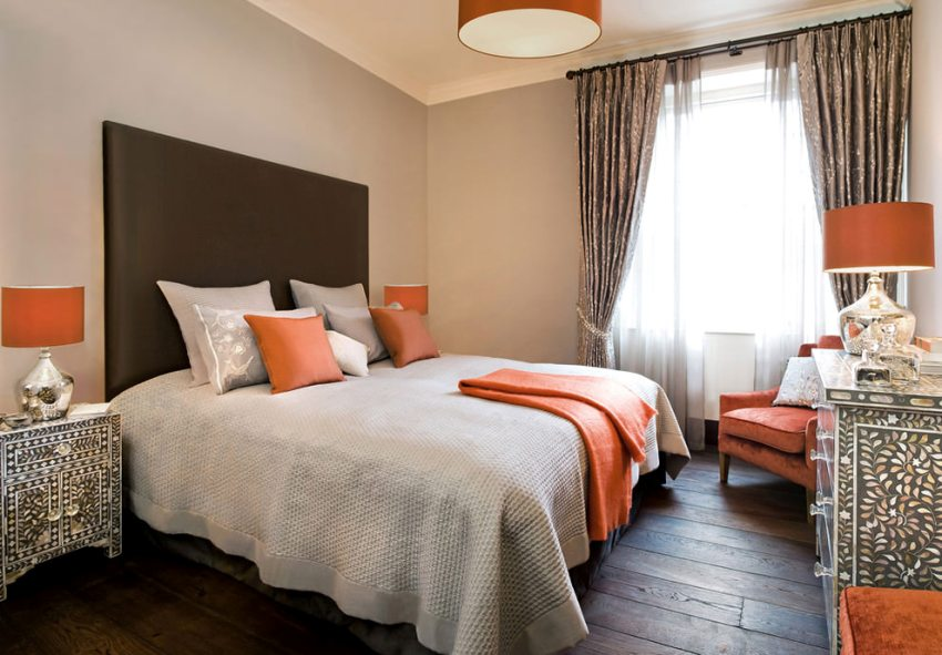 Кровать в спальне необходимо размещать таким образом, чтобы со всех сторон от нее оставалось свободное пространство