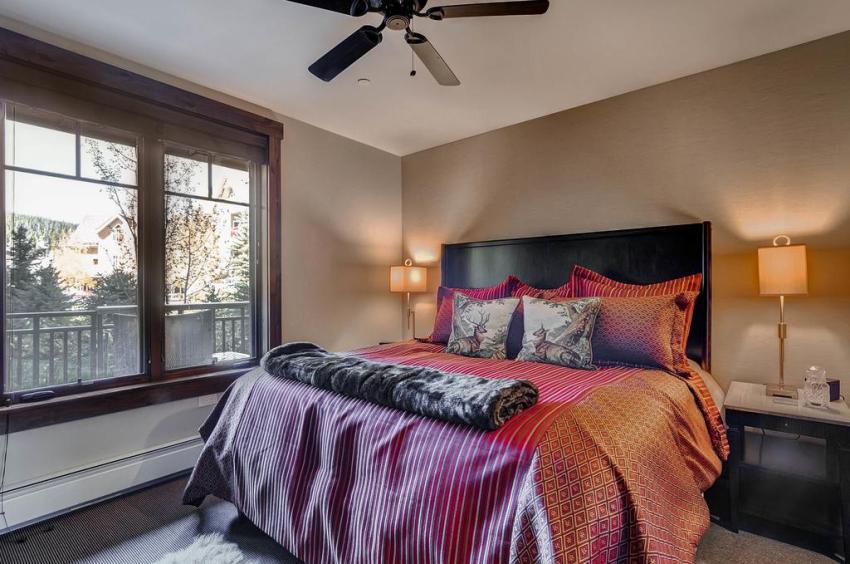 Удачным решением для спальни станут плотные римские шторы, которые в закрытом положении практически не пропускают солнечный свет