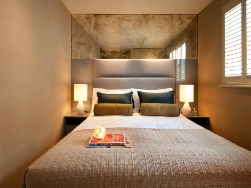 Выбор более узкой кровати позволит разместить в спальне небольшие тумбочки