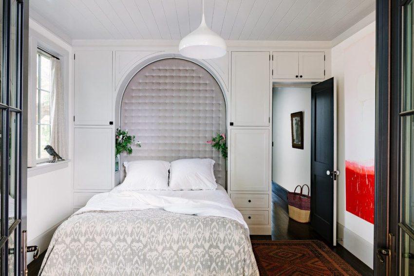 В маленькой спальне целесообразно размещать корпусную мебель от пола до потолка