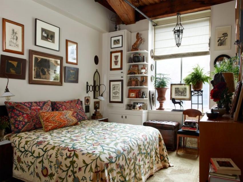 Для хранения вещей в небольшой комнате можно использовать как открытые полки, так и закрытые ящики и комоды