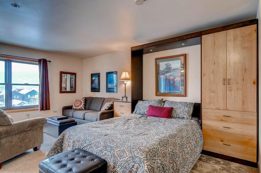 Маленькую спальню можно расширить за счет присоединения лоджии или соседней комнаты
