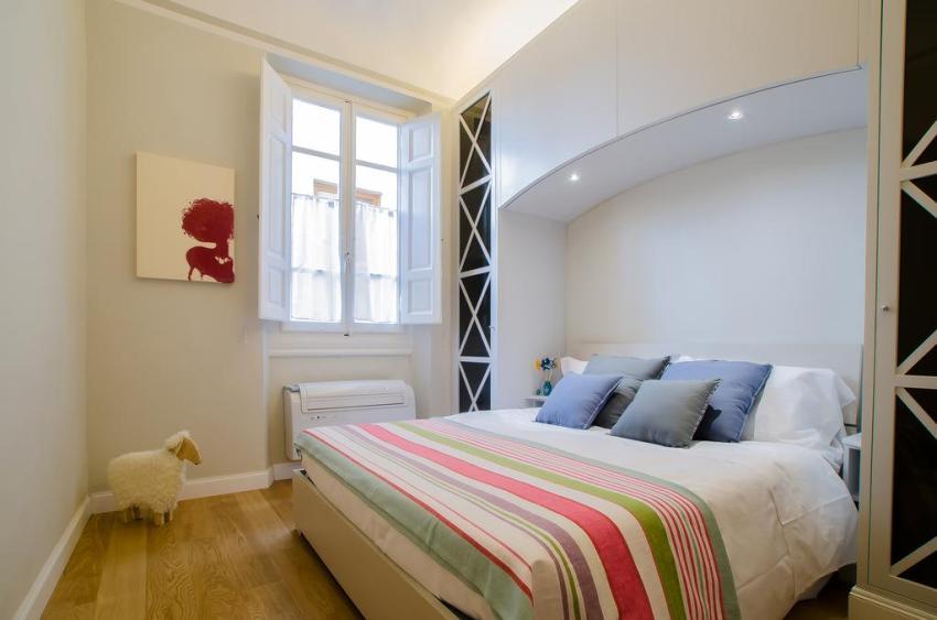 Оригинальный встроенный шкаф из гипсокартона в спальне