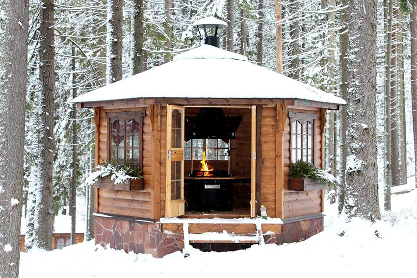Мангал в беседке – популярный вариант, внутри уютно и можно спрятаться от непогоды