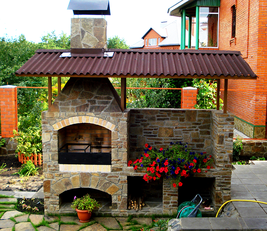 Крыша мангала может быть с дымоходом, – это обеспечит хорошую тягу
