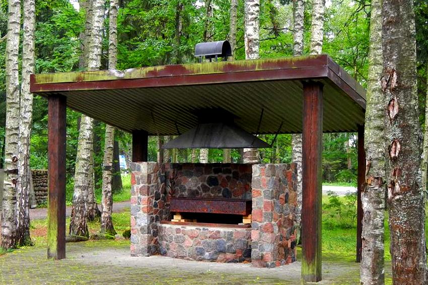 У всех мангалов крыша создается таким образом, чтобы дым поднимался и выходил вверх