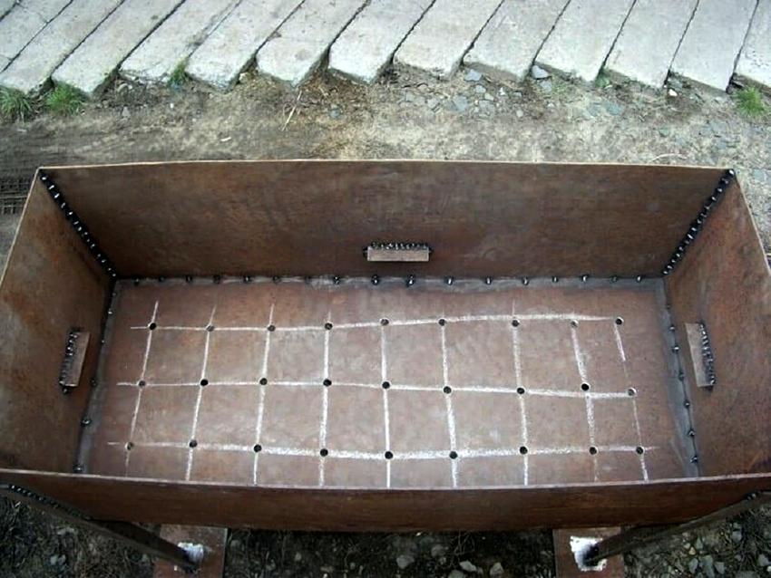 В мангале необходимо проделать отверстия, чтобы обеспечить приток воздуха в очаг