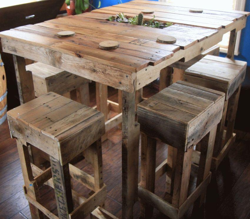 Обеденный стул и высокие табуреты, выполненные из деревянных поддонов
