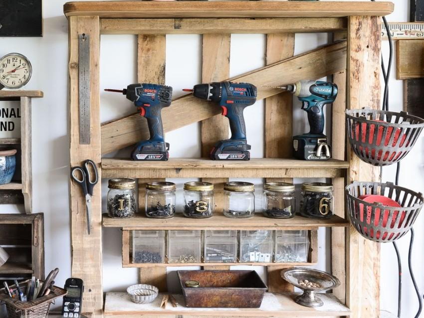 Стеллаж из поддона для хранения инструментов в домашней мастерской
