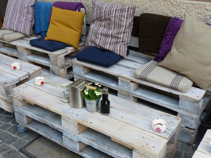 Из поддонов можно изготовить интересную мебель для дома и участка