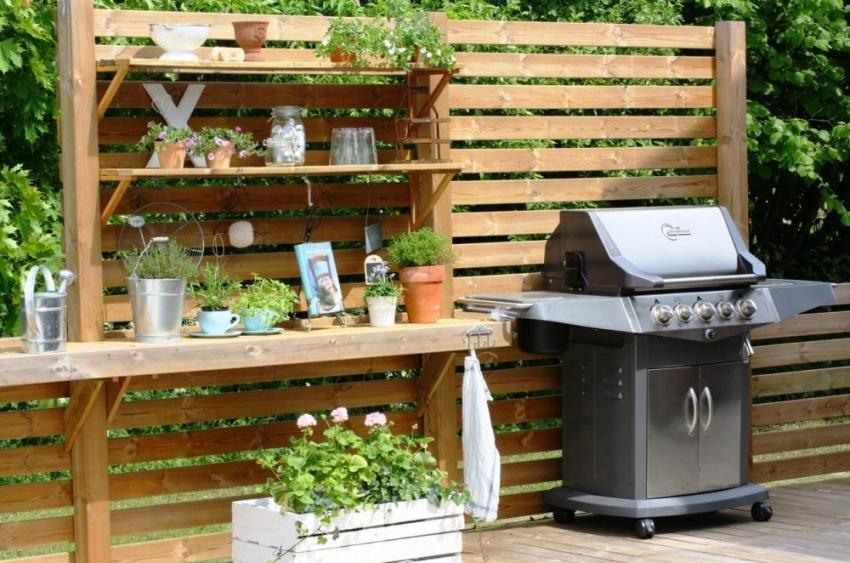 Из поддонов можно соорудить в саду комфортное место для барбекю
