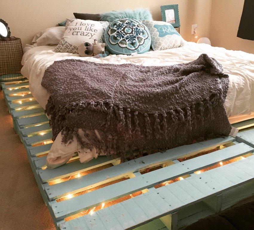 Во внутреннем пространстве основания кровати из паллет можно разместить светодиодную подсветку
