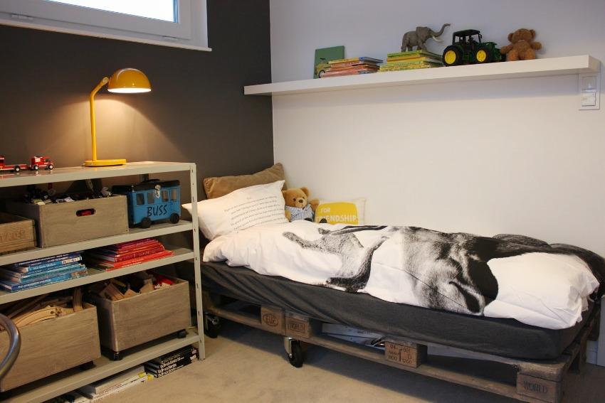 Для изготовления детской передвижной кровати понадобится несколько паллет и ролики