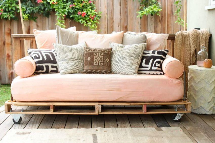 Красивый диван, изготовленный из деревянных поддонов