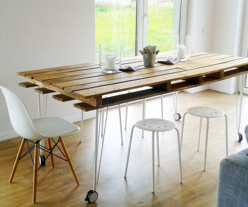 Из одного поддона можно смастерить обеденный стол для дачного домика