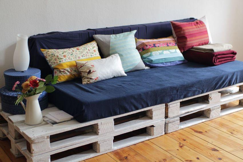 Из нескольких паллет и мягких подушек можно создать простую модель дивана