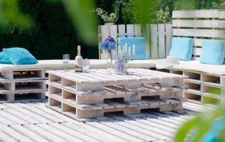 Красивый садовый комплект мебели из деревянных поддонов