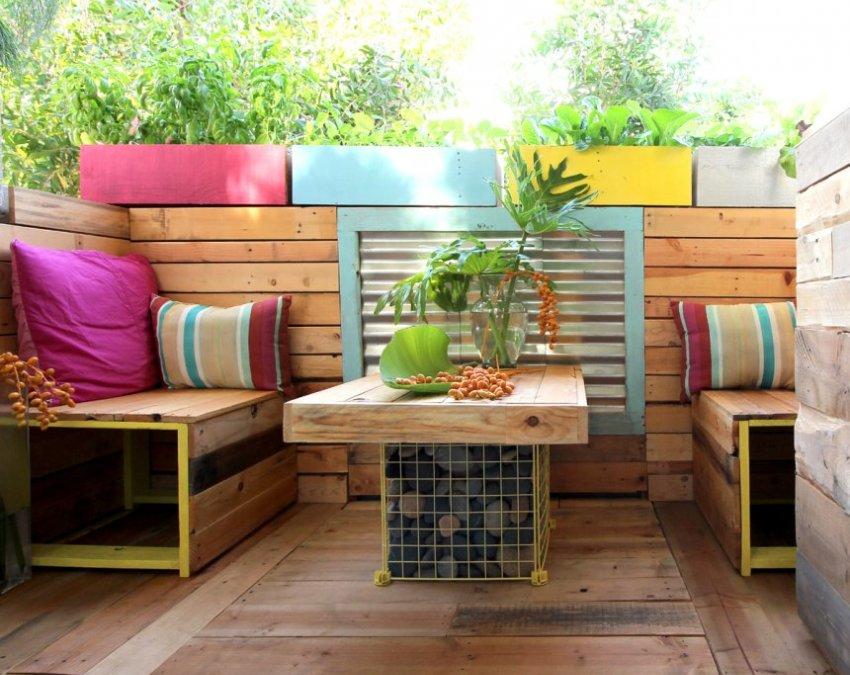 Ограждение балкона, диванчики и стол выполнены из паллет стандартного типа