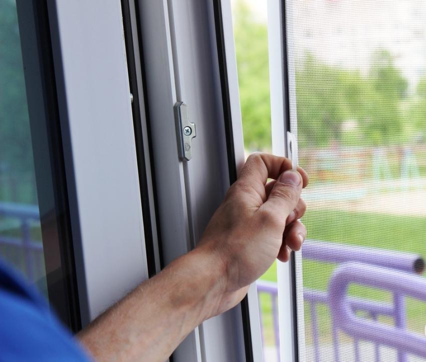 Верхнюю и боковую части москитной сетки нужно плотно прикрепить к дверному проему с помощью ленточек-липучек