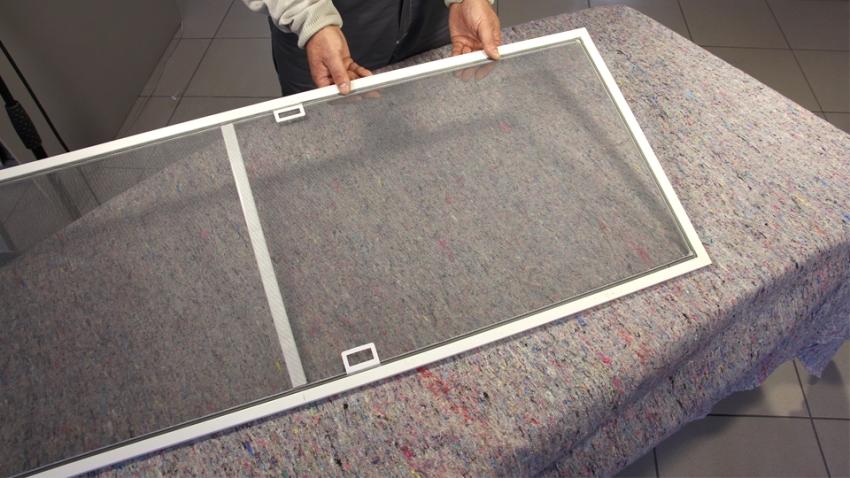 Изготовить москитную сетку на дверь несложно - нужно сделать каркас, на который натягивается полотно