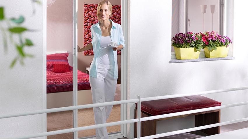 Москитные сетки на двери используются для защиты жильцов квартир и загородных домов от насекомых
