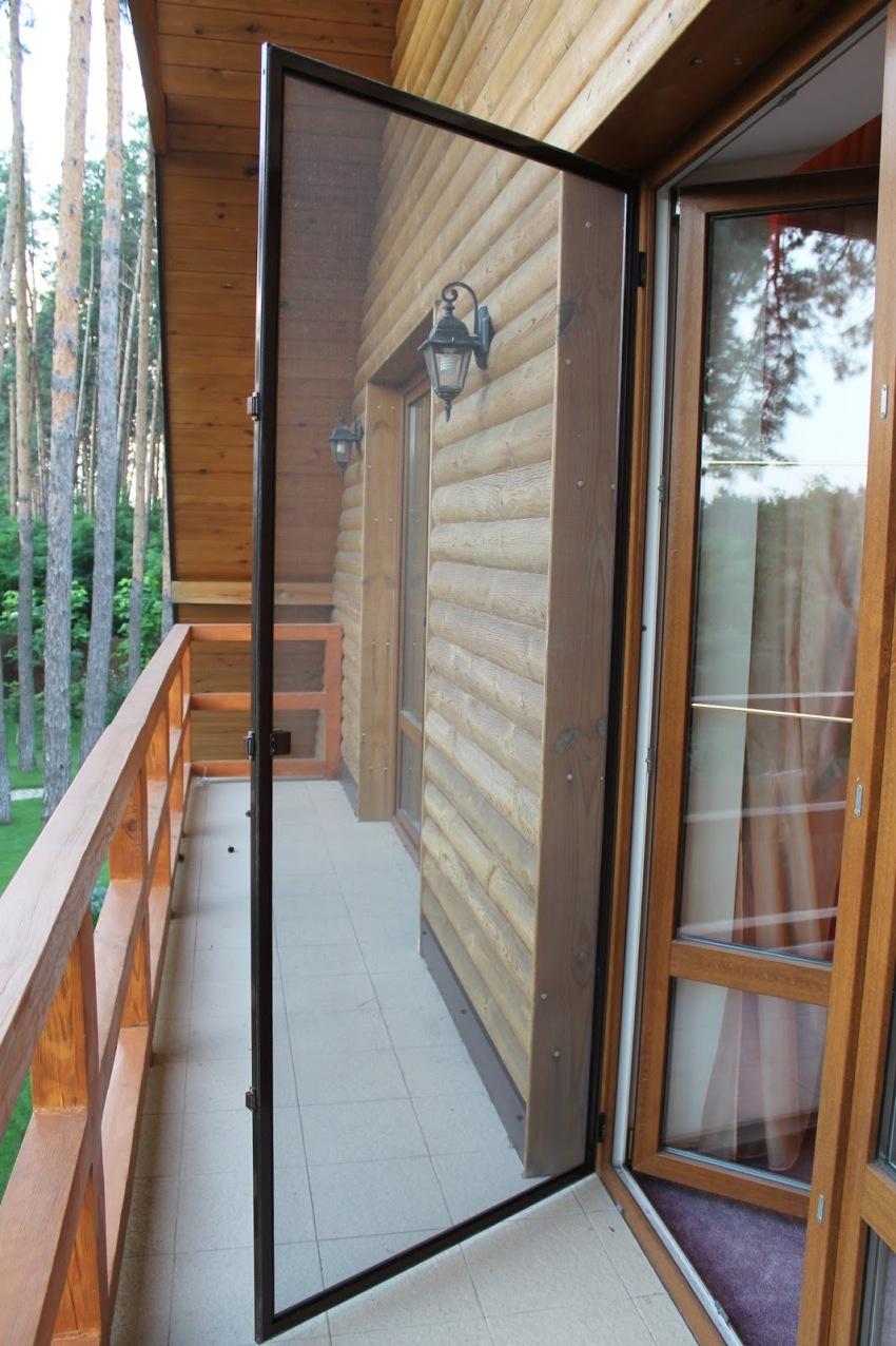 Распашные аксессуары можно установить не только на дверном проеме балкона, но и на веранде, входных дверях загородных домов